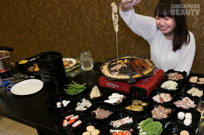 ladyboy-mookata-cheese-pull-eating