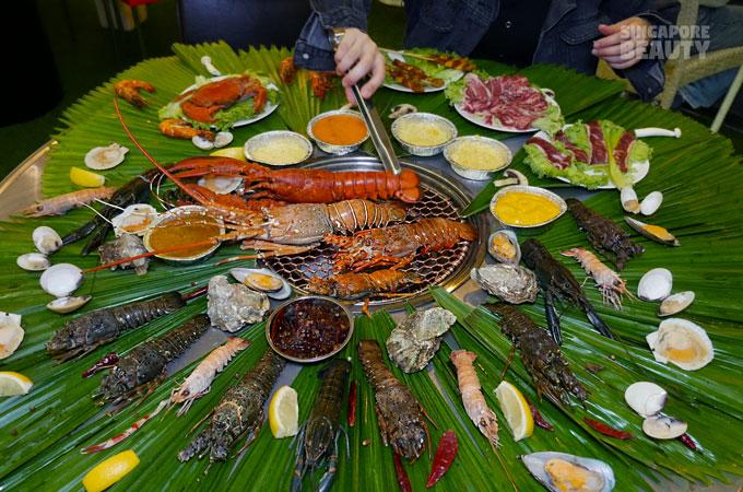 the-three-peacocks-lobster-feast-table